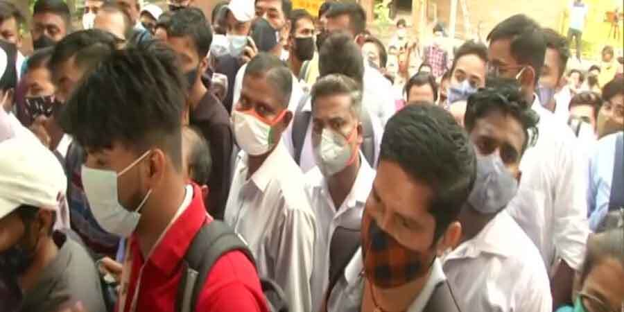Delhi Metro:स्टेशन पर उड़ी सोशल डिस्टेंसिंग की धज्जियां, मेट्रो में खड़े होकर सफर कर रहे लोग