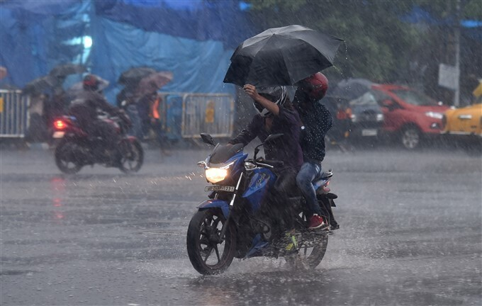 પશ્ચિમ બંગાળમાં ખાબકેલા ભારે વરસાદના ફોટા જુઓ