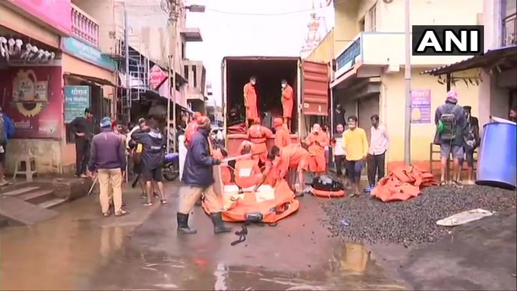 Maharashtra Flood: बाढ़ में फंसे लोगों के लिए भगवान बनकर पहुंच रहें NDRF के जवान