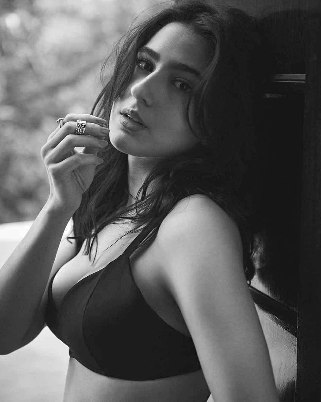 सारा अली खान ने अपने इस  बिकिनी टॉप Photoshoot से  उड़ाए फैंस के होश