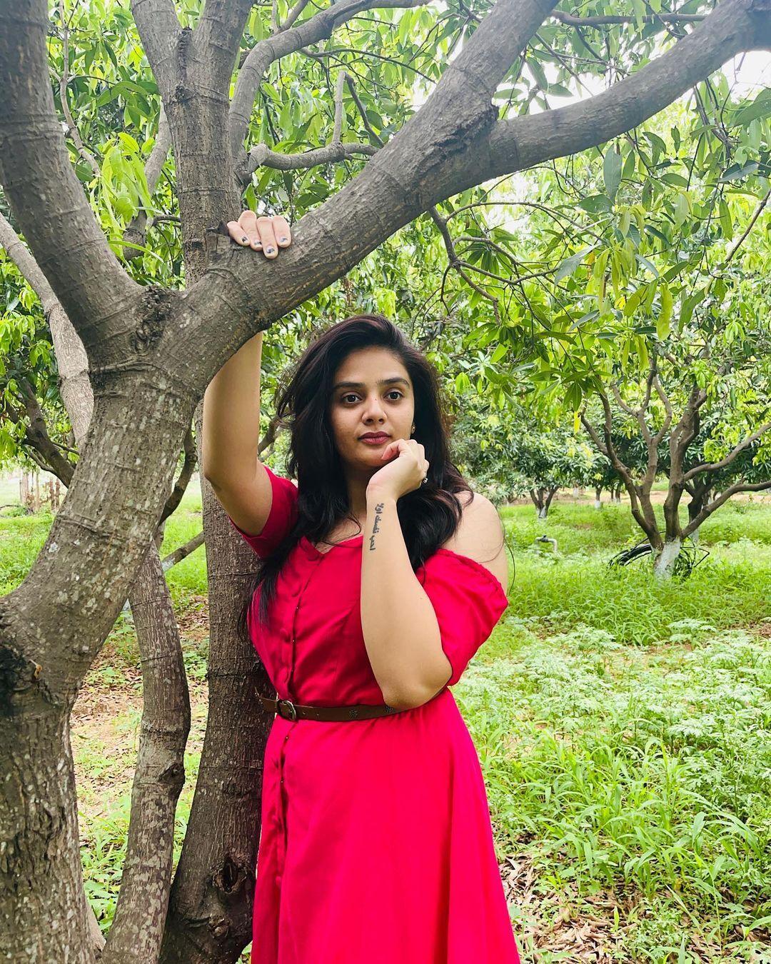 Sreemukhi:పచ్చని చెట్లు.. ఎర్రటి గౌను..రచ్చ చేసిన రాములమ్మ.!!