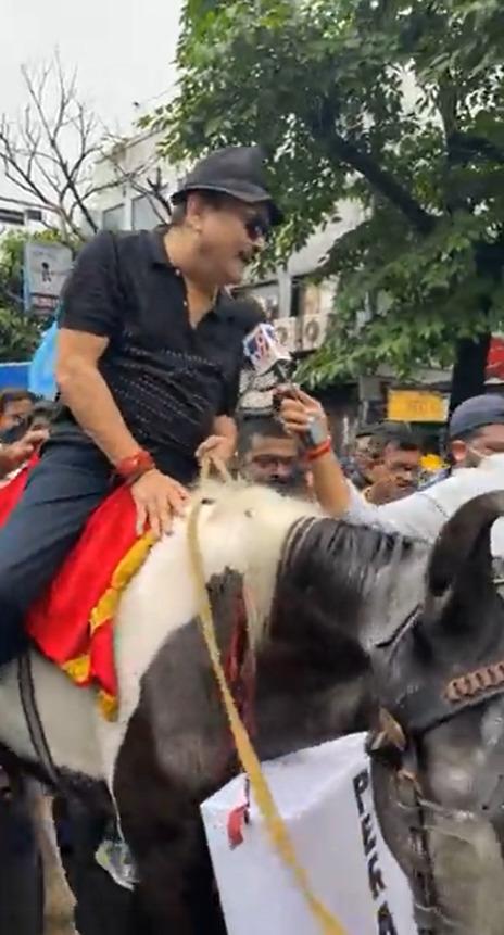 কলকাতার রাজপথে ঘোড়ায়  চড়লেন মদন, 'পেগাসাস' ইস্যুতে চলল ঝোড়ো প্রতিবাদ