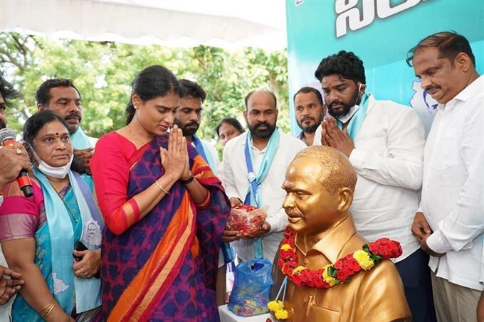 YSRTP Chief Sharmila During 1 Day Hunger Strike Demanding Govt For Jobs To Youth