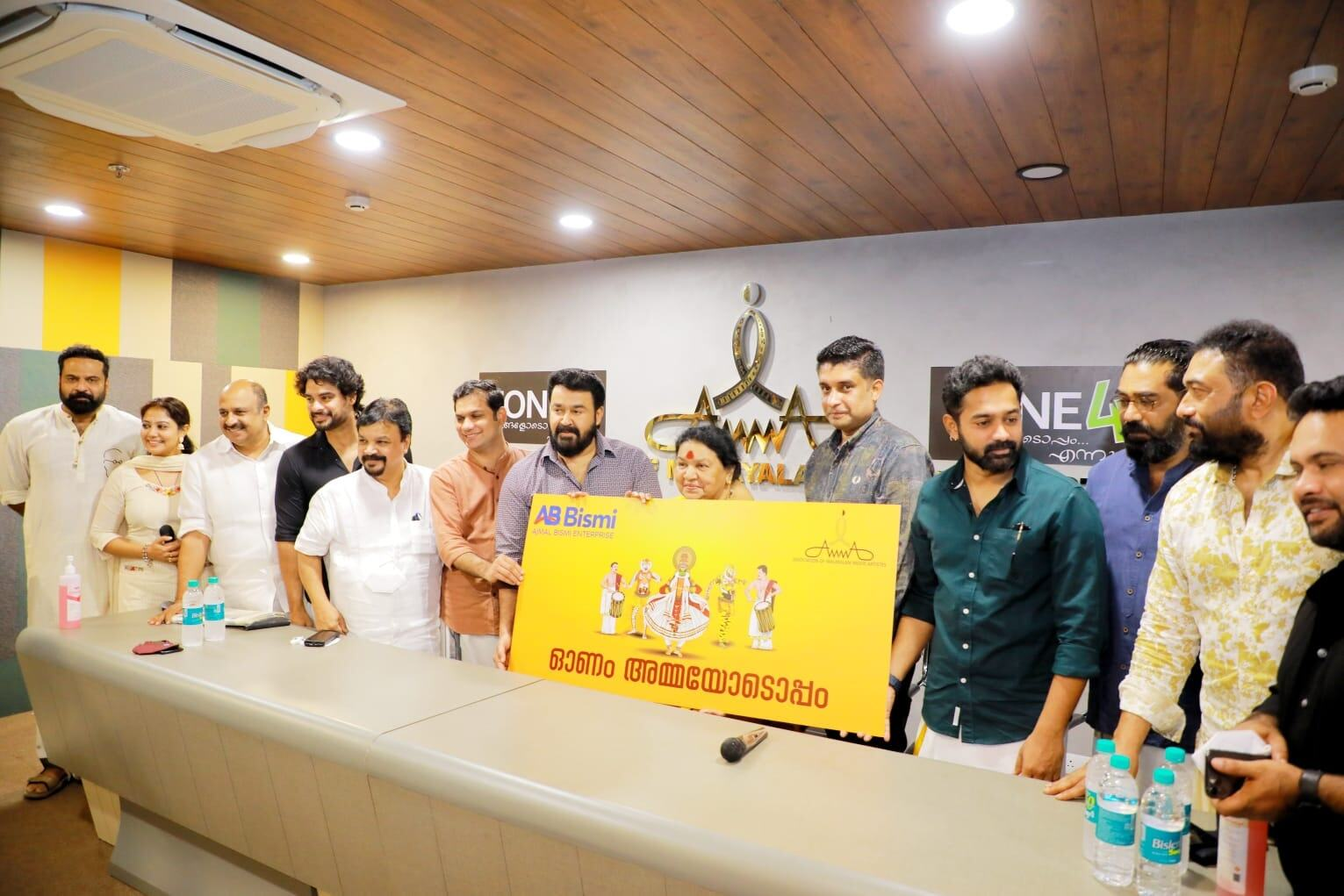 ഒപ്പം അമ്മയും പദ്ധതി ഉദ്ഘാടനം ചെയ്ത് മോഹന്ലാല്: സൗജന്യമായി നല്കുന്നത് 100  ടാബ്ലറ്റുകള്