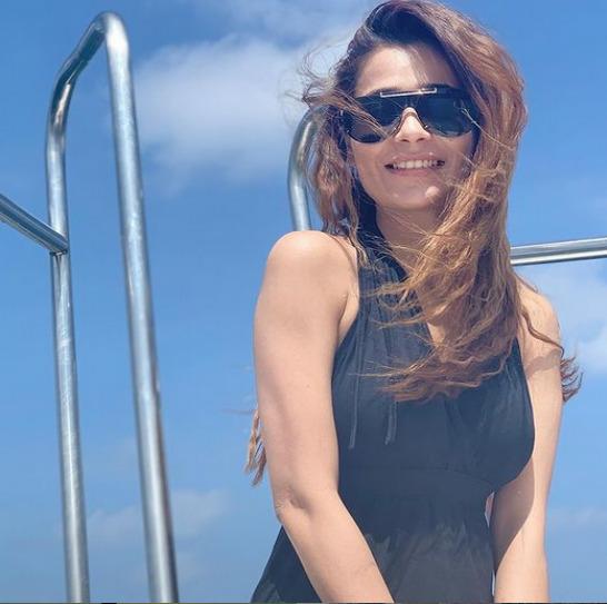 32 साल की हुईं सारा खान, देखिए उनके स्टनिंग लुक्स