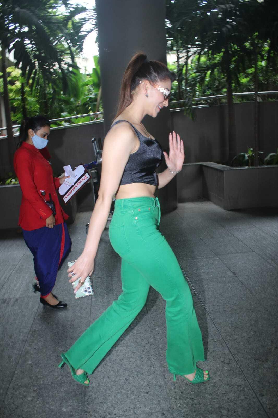 मुंबई एयरपोर्ट पर नजर आया उर्वशी रौतेला का दिलकश अंदाज