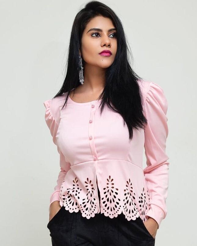 அழகிய ஹாட் உடையில் நடிகை நிவிஷா!