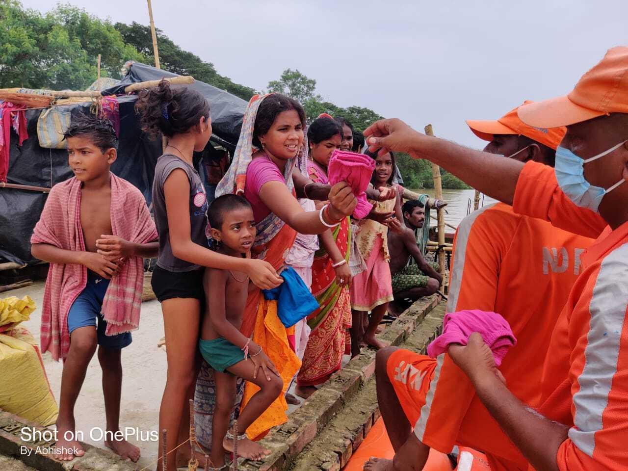পশ্চিম মেদিনীপুরে আজমনগর গ্রাম পঞ্চায়েতে বন্যাকবলিতদের  ত্রাণ বিতরণ