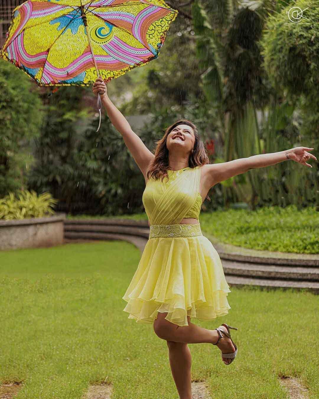 बारिश के मौसम में शॉर्ट ड्रेस में रश्मि देसाई ने लगाया बोल्डनेस का तड़का