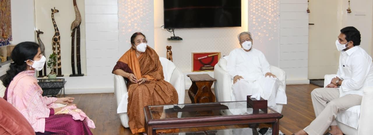 గవర్నర్ దంపతులను కలిసిన సీఎం జగన్ దంపతులు (ఫోటోలు)