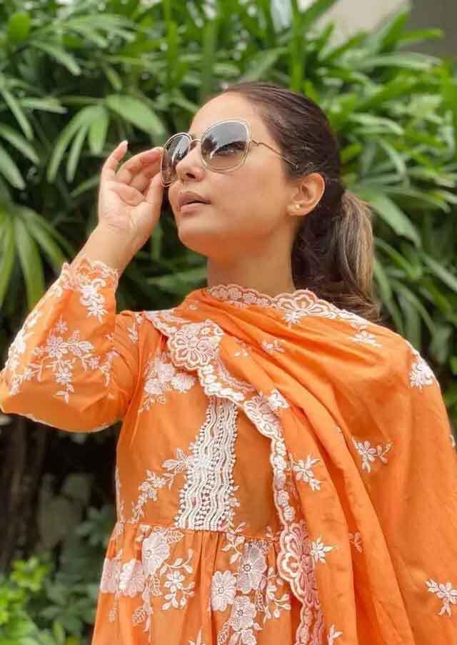 सूट पहनकर फैंस पर बिजलियां गिरा रहीं हैं हिना खान