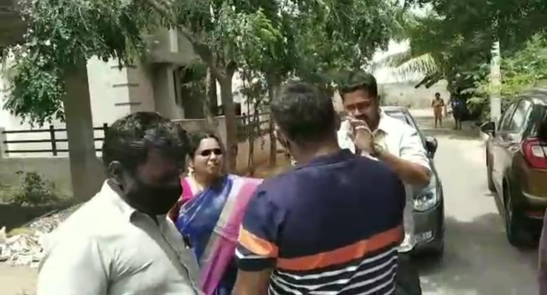 நல்லது சொன்னா யாருப்பா கேக்குறா.....சமாதானம் செய்ய வந்த நபருக்கு செம அடி!