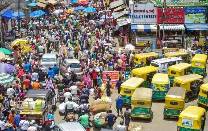 করোনাবিধি কে থোরাই কেয়ার, সামাজিক দূরত্ব ভুলে বড়মহালক্ষ্মী পুজোর বাজারে মাতলেন বেঙ্গালুরুবাসী