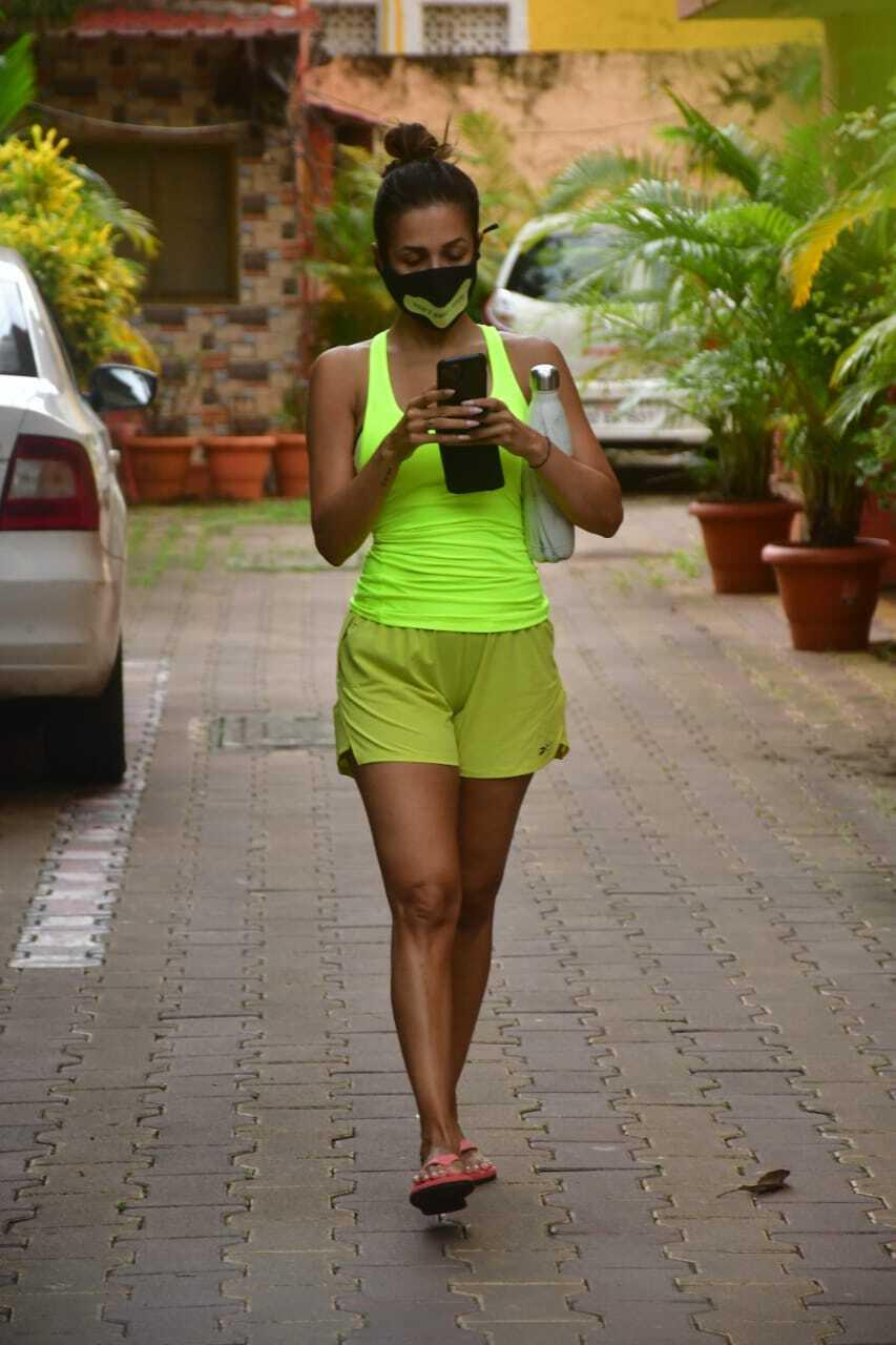 योगा शॉर्ट्स में मलाइका अरोड़ा को देखकर फैंस की हुई बत्ती गुल