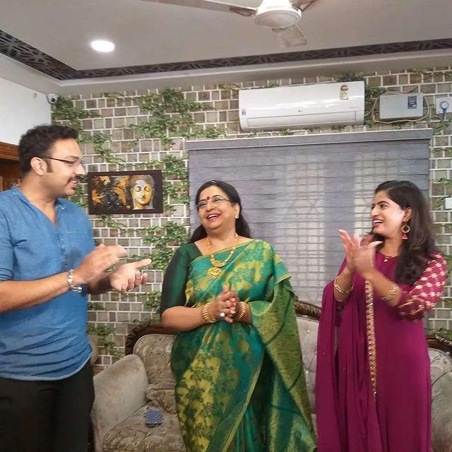 திருமதி ஹிட்லர் செட்டில் பிறந்தநாள் கொண்டாடிய நடிகை அம்பிகா