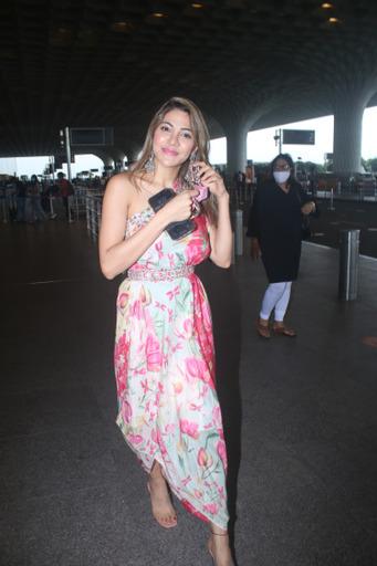 मुंबई एयरपोर्ट पर दिखा Bigg Boss 14 फेम निक्की तंबोली का दिलकश अंदाज