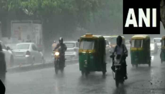Delhi Rains: दिल्लीवासियों पर मेहरबान हुए रूठे हुए बादल, हो रही झमाझम बारिश