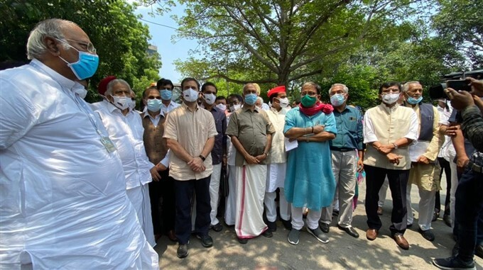 Opposition Leaders Joins Farmers Protesting At Jantar Mantar In Delhi
