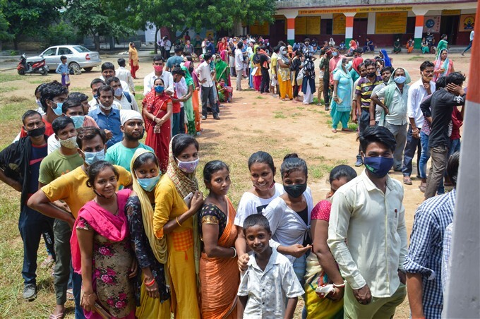 Covid-19 2nd Wave: Citizens Receive COVID-19 Vaccine During Third Phase Of Vaccination Across Indian, 05/08/2021