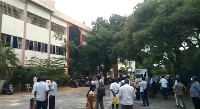 Photos: कलेक्टर ऑफिस की तीसरी मंजिल से कूदने की कोशिश कर रही महिला का हुआ ये हाल