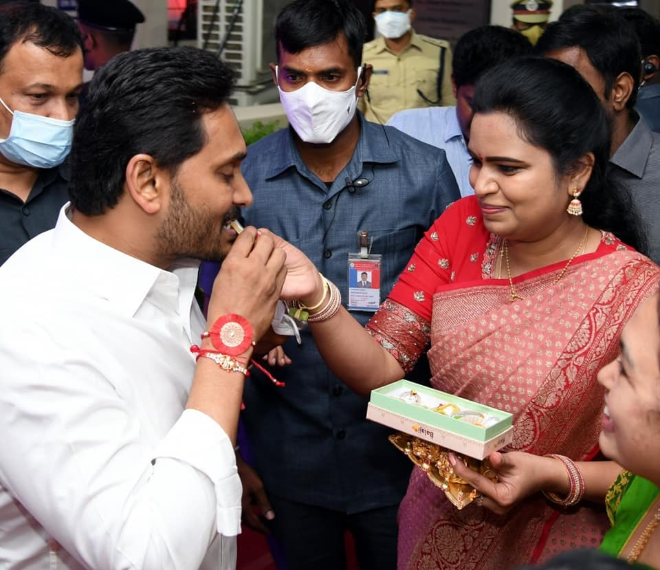 Political Rakhi:ఏపీ సీఎం జగన్కు రాఖీ కట్టిన మహిళా ప్రజాప్రతినిధులు