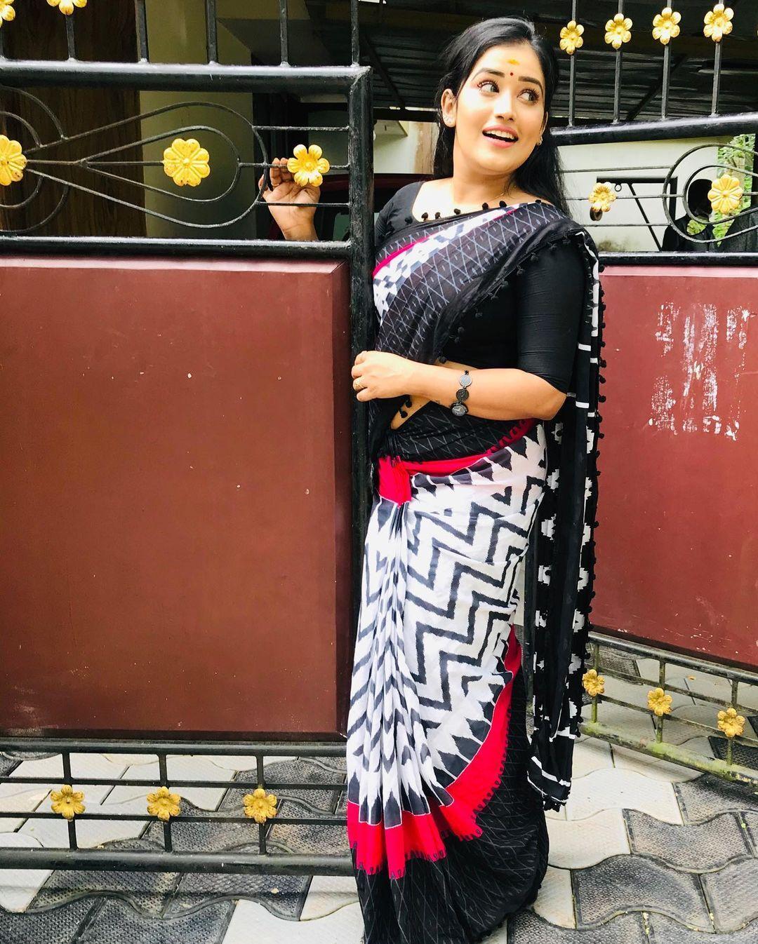 സാരിയില് തിളങ്ങി സ്റ്റാര് മാജിക് ഫെയിം അനുമോള്: ചിത്രം ഏറ്റെടുത്ത് ആരാധകര്