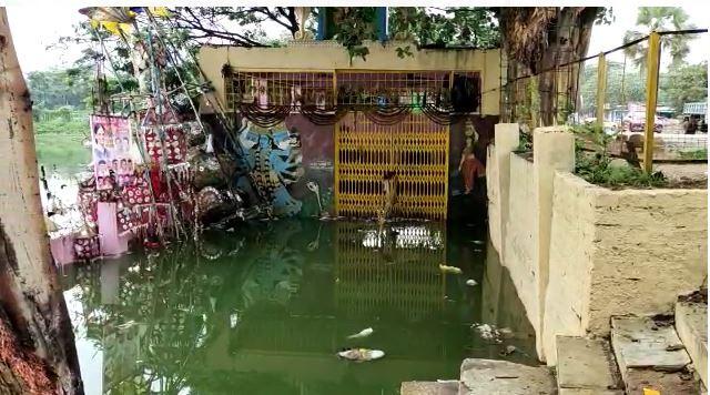 హైదరాబాదులో కుండపోత వర్షాలు: ఇళ్లల్లోకి చేరిన నీరు (ఫోటోలు)