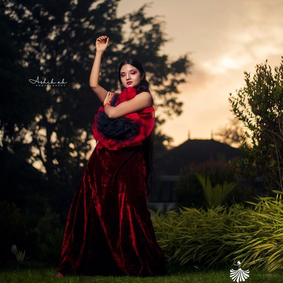 ഒരു  വര്ണ്ണ ശലഭം പോലെ സൂര്യ ജെ മേനോന്: ചിത്രങ്ങള് ഏറ്റെടുത്ത് ആരാധകര്