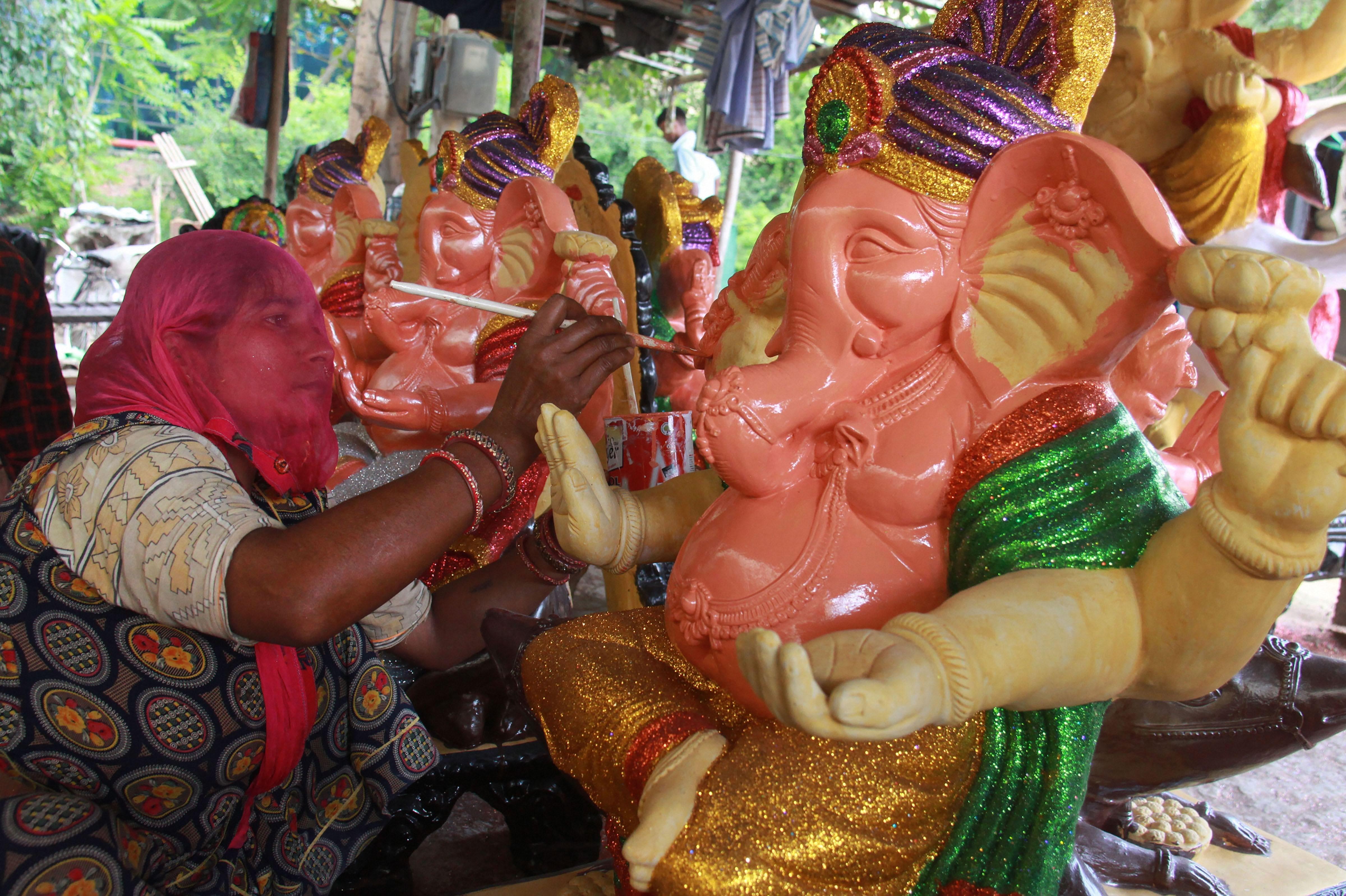সারা ভারত জুড়ে লাল নীল রঙে সেজে উঠছে গণেশ মূর্তি, প্রস্তুতি তুঙ্গে দেখুন  ছবি