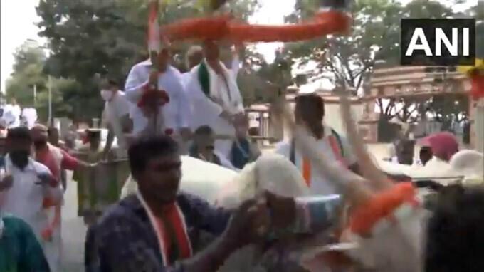 ಚಿತ್ರಗಳು: ಬೆಲೆ ಏರಿಕೆ ವಿರುದ್ಧ ವಿರೋಧ ಪಕ್ಷದ ನಾಯಕರಿಂದ ಬೆಂಗಳೂರಿನಲ್ಲಿ ಪ್ರತಿಭಟನೆ