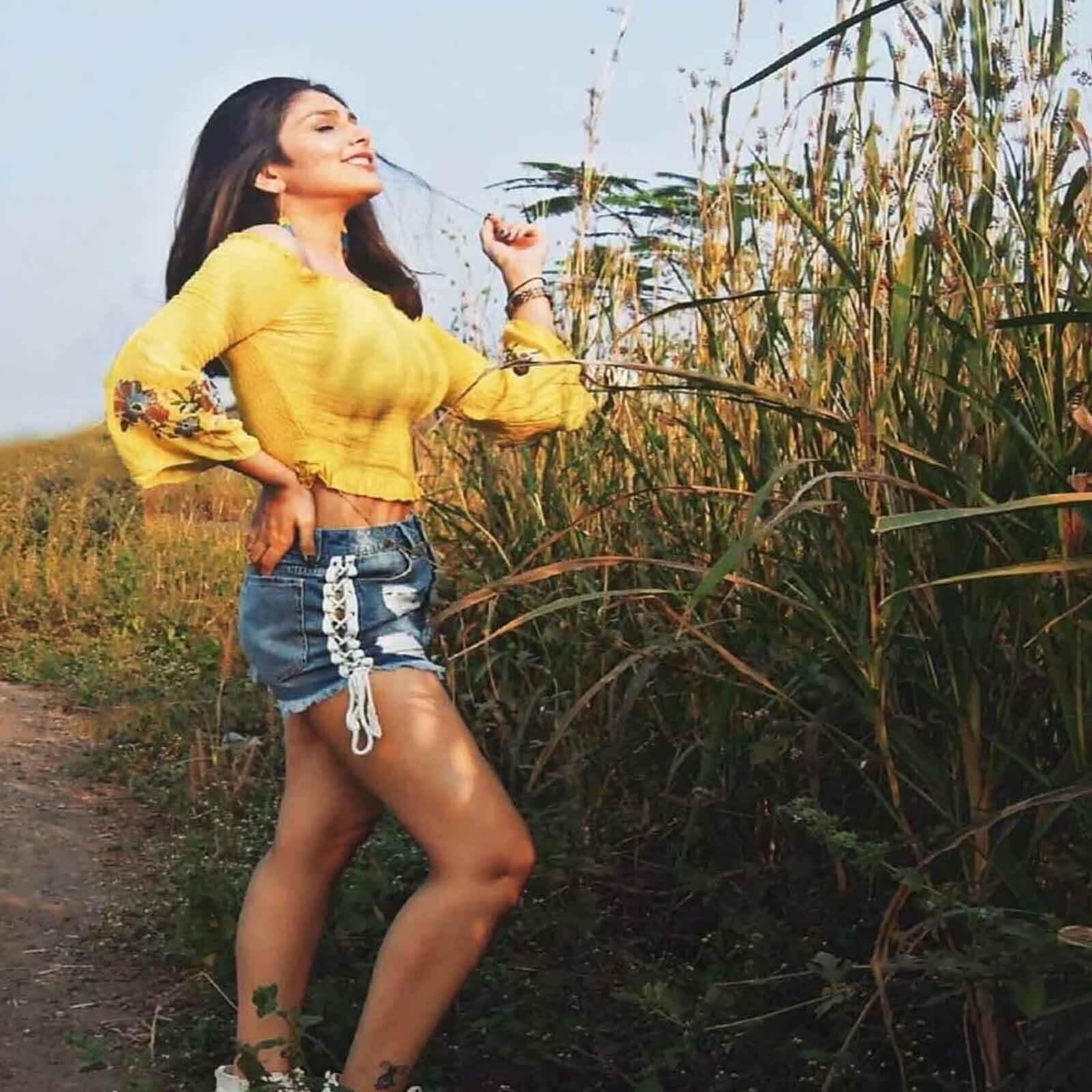 দেখে নিন টেলি স্ট্রা ইশিতা চৌহ্বানের হট ছবি