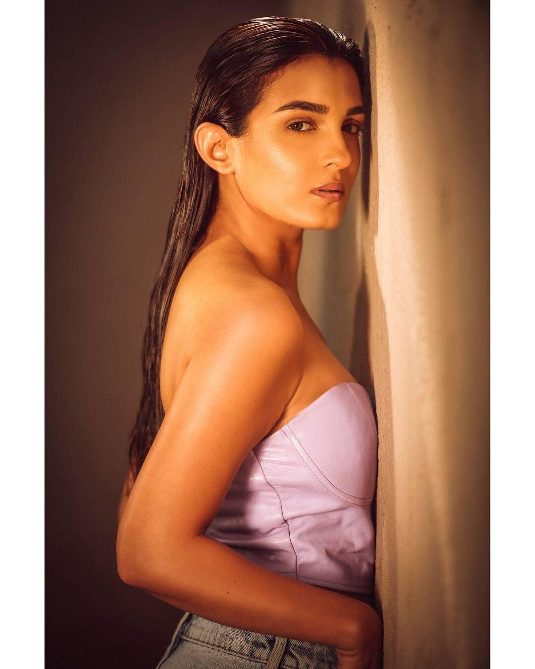 টিভি সিরিয়ালের বউমা শাড়ী ছেড়ে বিকিনিতে,দেখুন অভিনেত্রী সাইনী দোশীকে