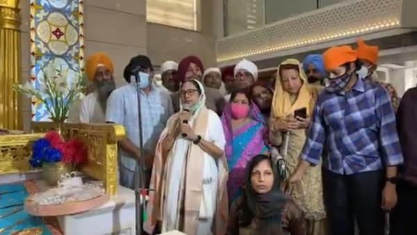 ভোটের ভবানীপুরে জনসংযোগ, গুরুদ্বারে মমতার বেশ কিছু ছবি