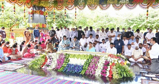 AP CM Jagan And Sharmila Pays Tributes To The Late YSR