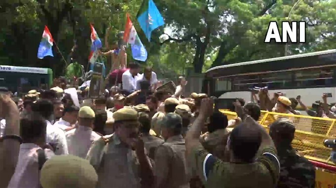 NSUI Protest Outside The Residence Of Education Minister Dharmendra Pradhan Over Alleged IIT-JEE