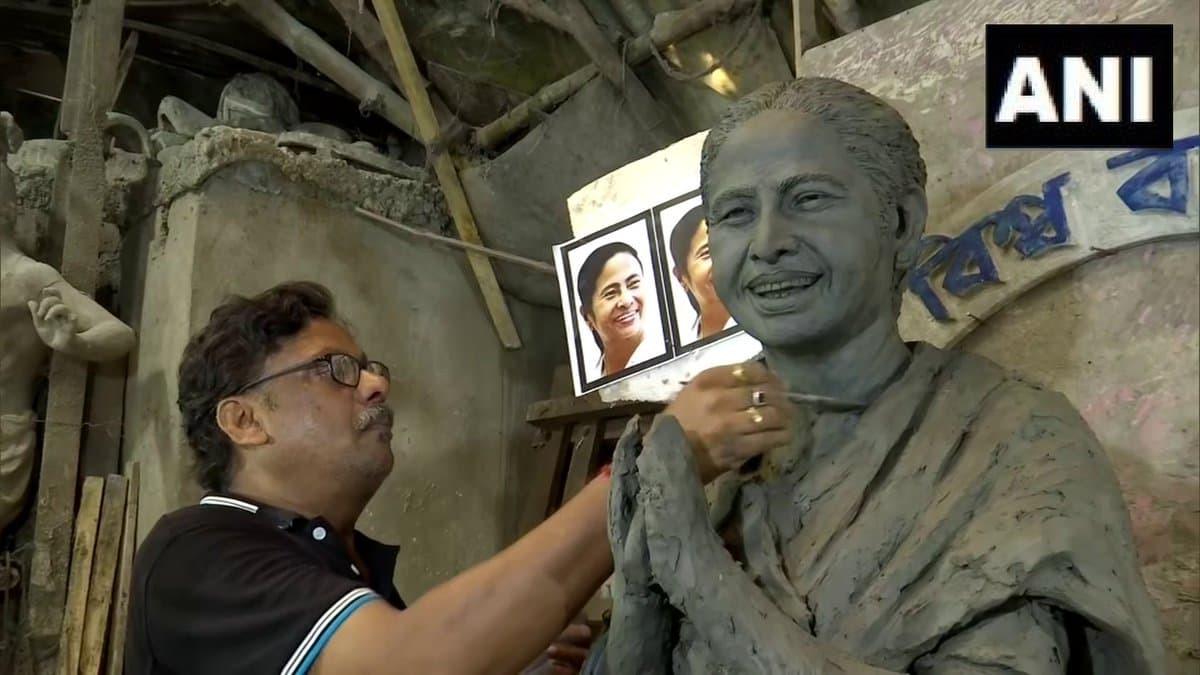 Photos: दूर्गा पूजा के लिए बनाई जा रही 10 हाथों वाली ममता बनर्जी की मूर्ति, कीमत जानकर रह जाएंगे हैरान