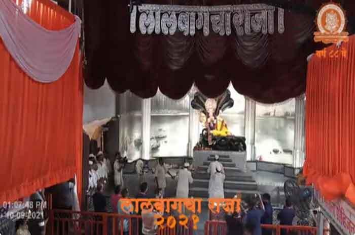 भगवान विष्णु के रुप में  भक्तों को दर्शन दे रहे लालबागचा राजा, देखें Photos