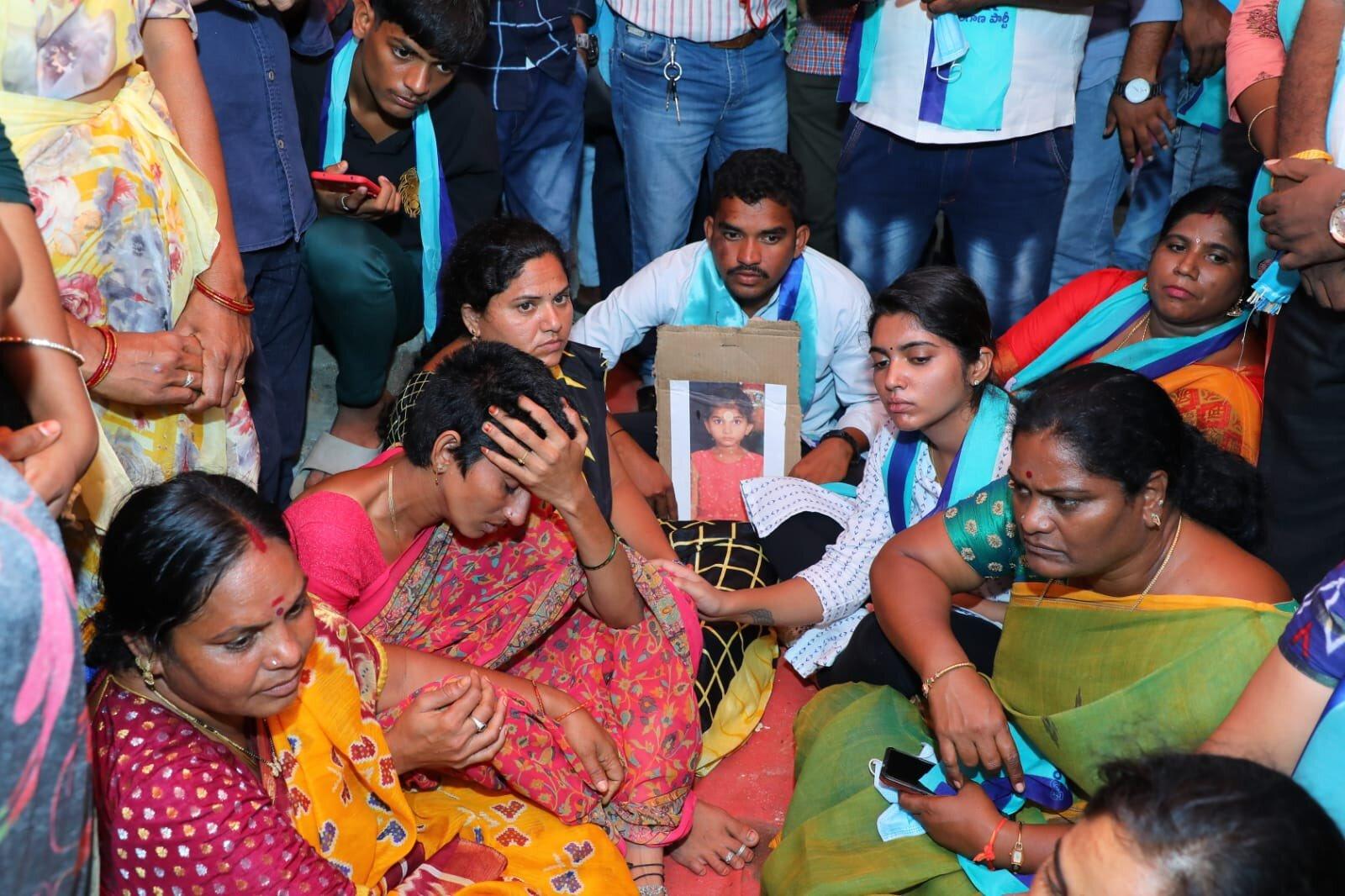YS Sharmila: చిన్నారి చైత్ర పేరంట్స్కు షర్మిల పరామర్శ (ఫోటోలు)