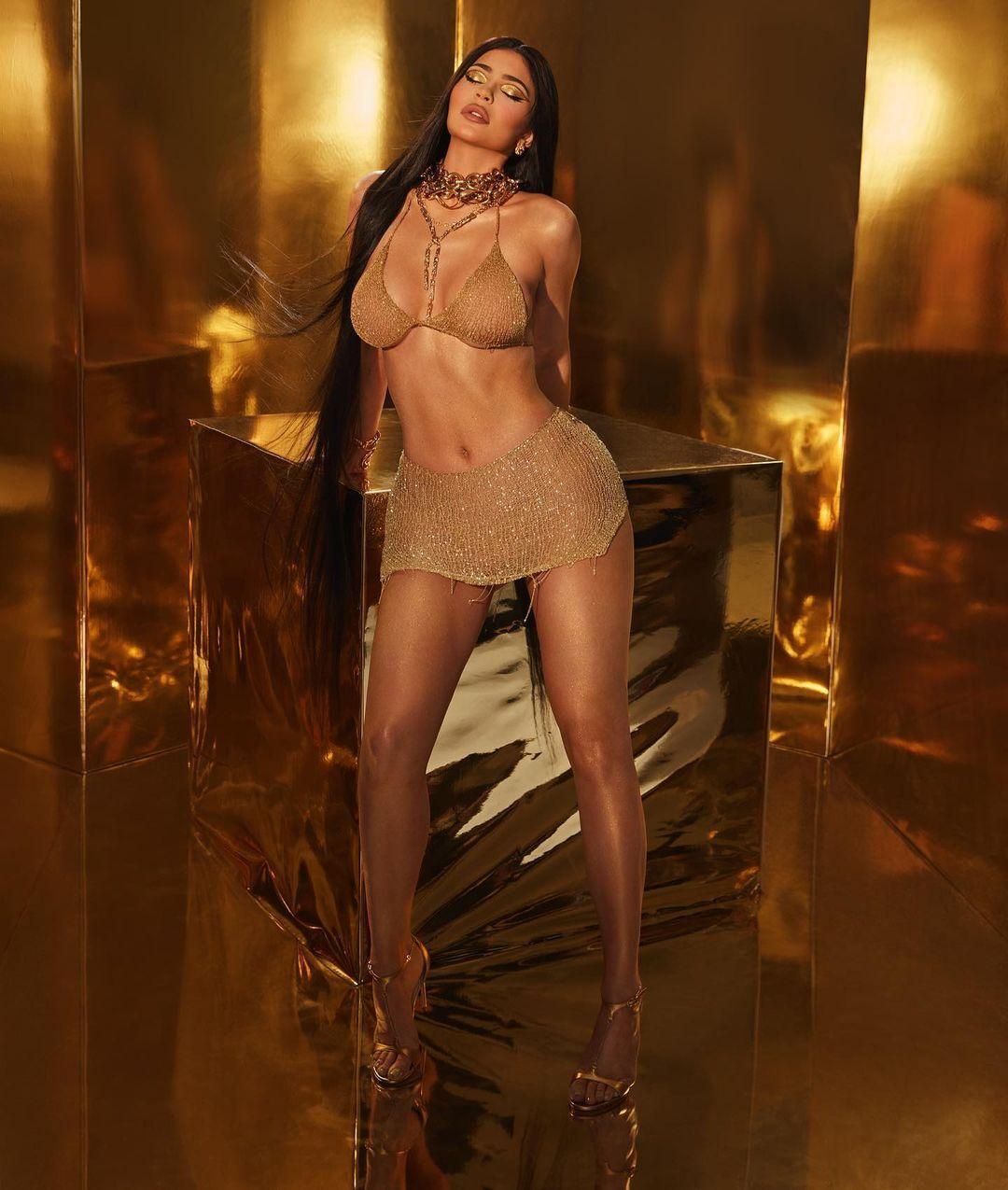न्यूड फोटो शेयर कर सुर्खियों में आई Kylie Jenner, देखें Viral हुईं आज तक की सबसे Boldest Photos